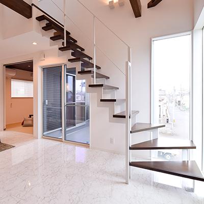 オブジェのように空間を彩る「オープン階段」