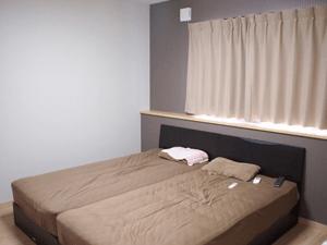 寝室の壁の一部だけ壁紙の色をダークブラウンにしてアクセント