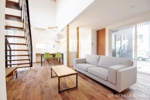 ヴィンテージスタイル・吹抜けのあるウォルナット無垢床の家 ハーバーハウス長岡支店