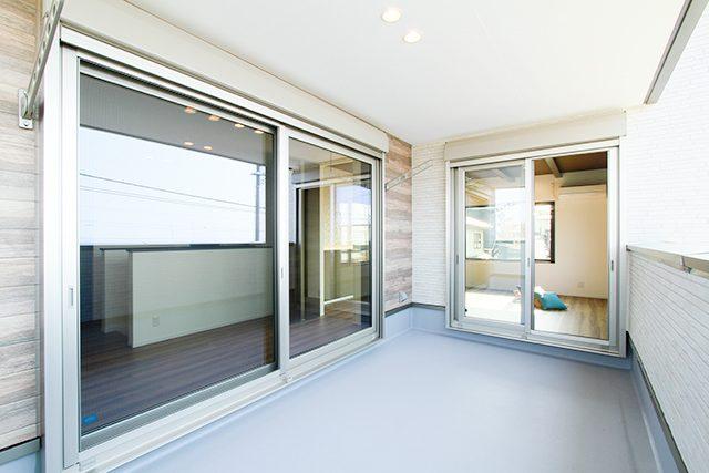 大きな窓から海を望む、バリ風インテリアハウス ハーバーハウス上越支店