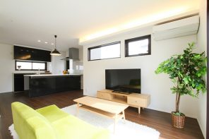 ブラックモダン・オープンキッチンと間接照明でおしゃれで快適なLDKの家 ハーバーハウス長岡支店