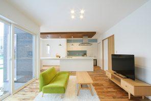 ナチュラルスタイル 無垢床とアイランドキッチンのLDKの家 ハーバーハウス長岡支店